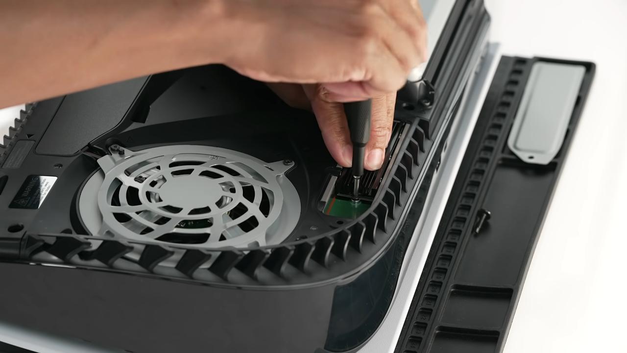 ضع صامولة الـ Spacer بحسب الحجم الذي اتخذه الـ SSD