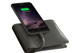 صورة لمحفظة Nomad وهي متصلة مع هاتف ذكي