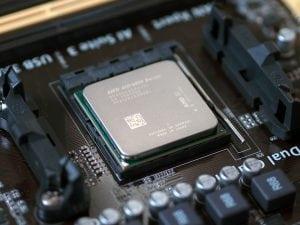 معالج AMD بعد أن تم تركيبه وإحكام السوكيت