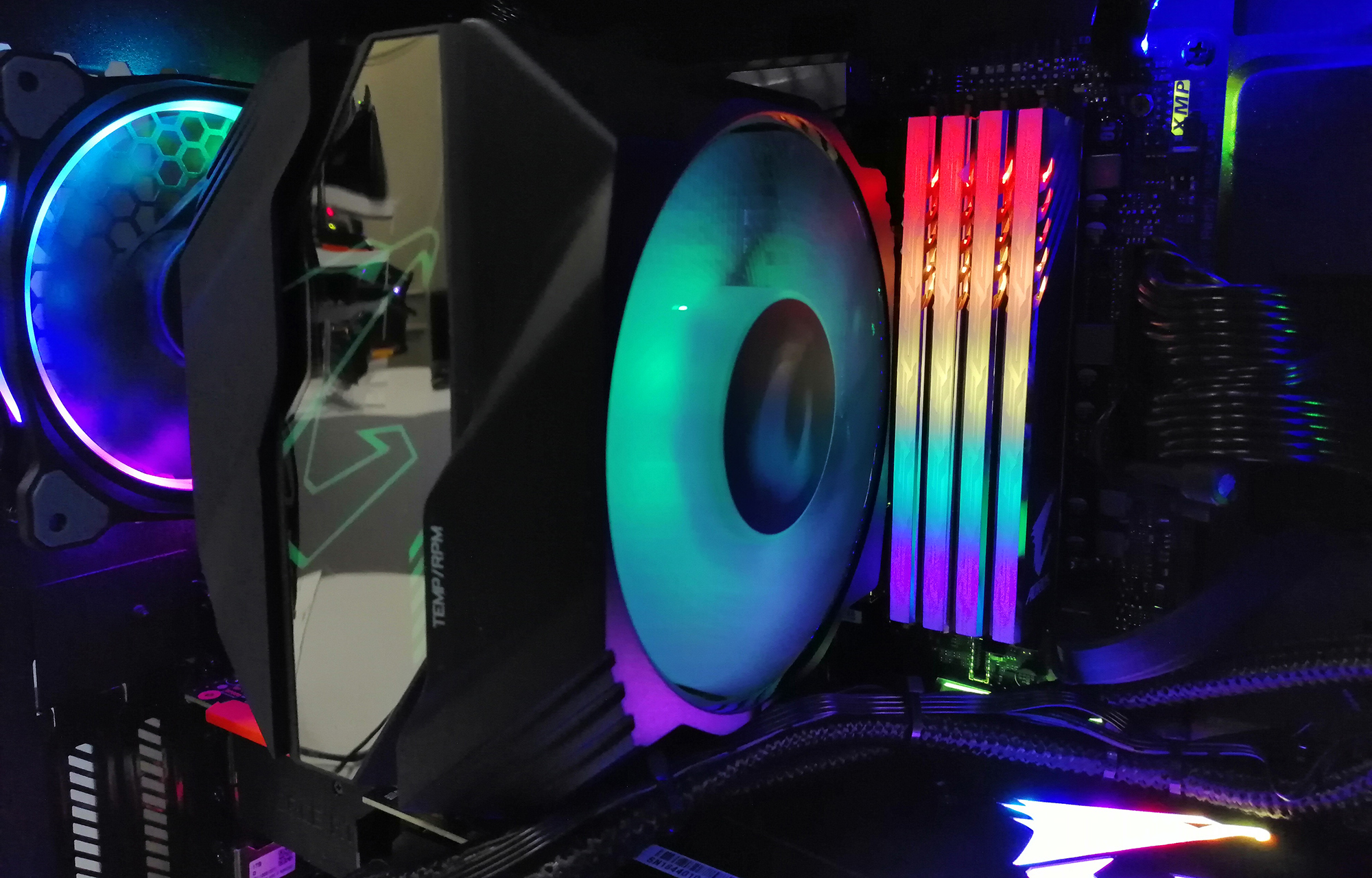 GIGABYTE Aorus RGB Memory Hits DDR4-4000 with SK Hynix ICs