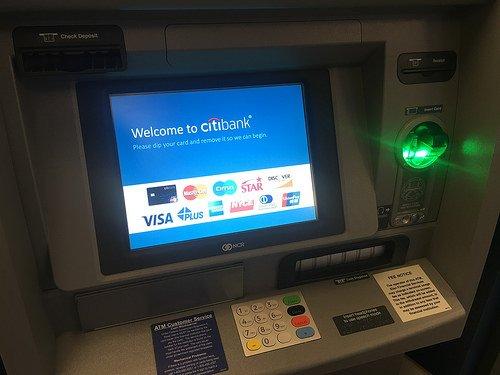 القصة وراء اختراع ماكينات ATM وآلية عملها - الحكاية والرواية
