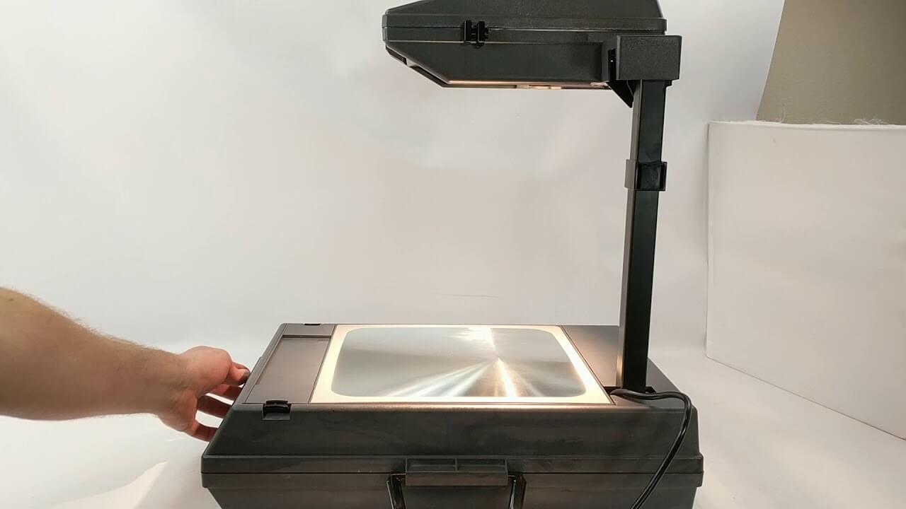تاريخ البروجكتور: من مصباح سحري إلى جهاز يمكن إستخدامه في المنزل و الاعمال في 2020 !