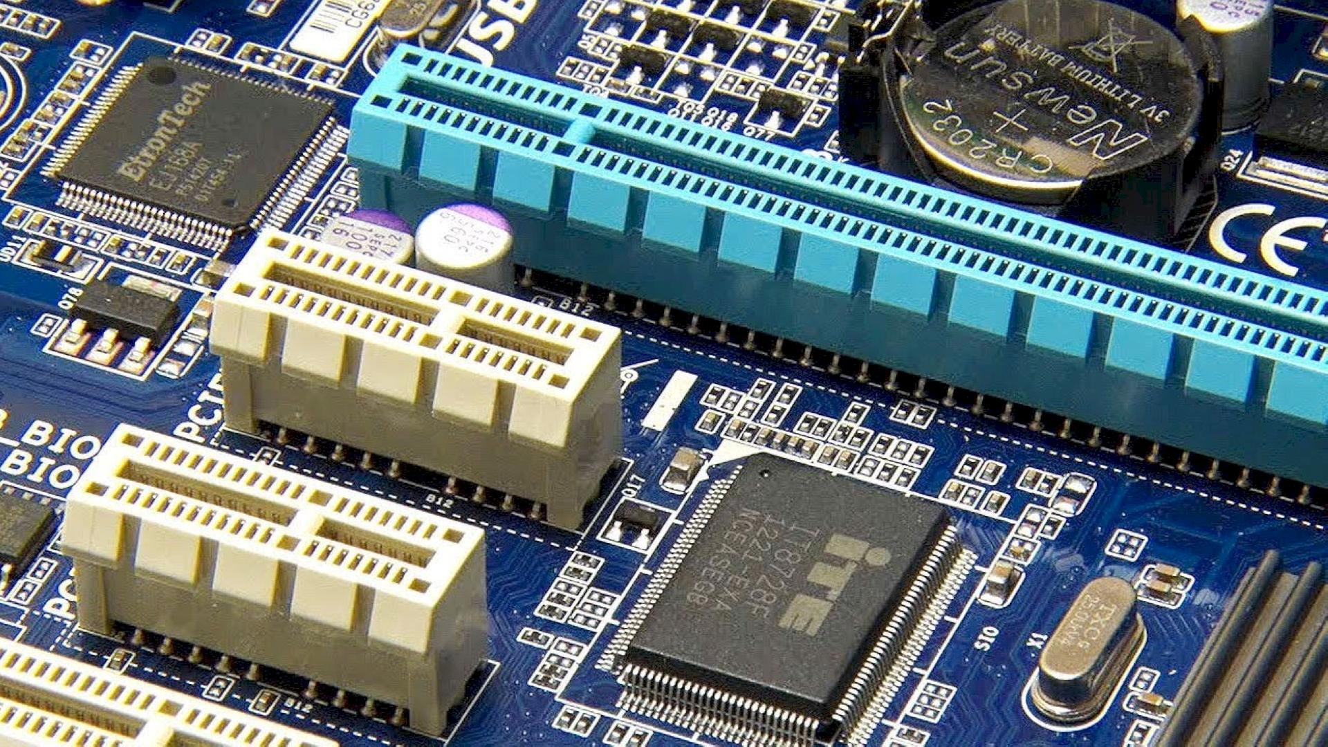 دليلك الكامل حول منفذ PCIe في اللوحة الأم: ما هو؟ وما هي إصداراته؟
