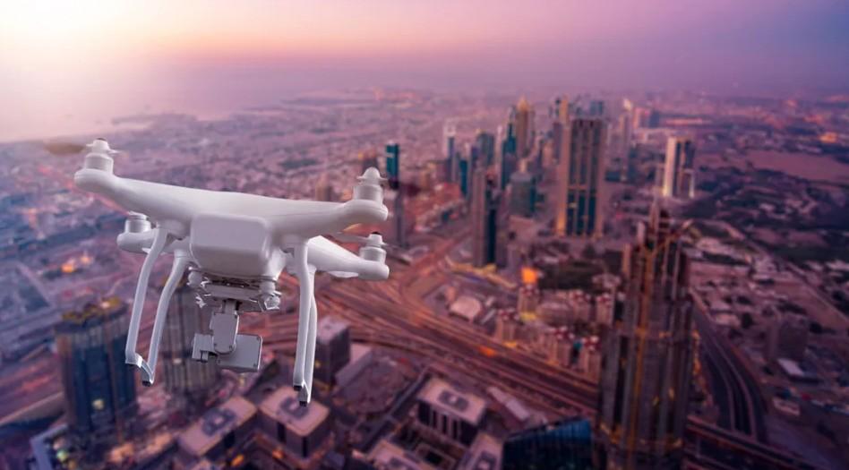 دبي تعتمد على طائرات الدرون لرصد مخالفات الشاحنات الثقيلة