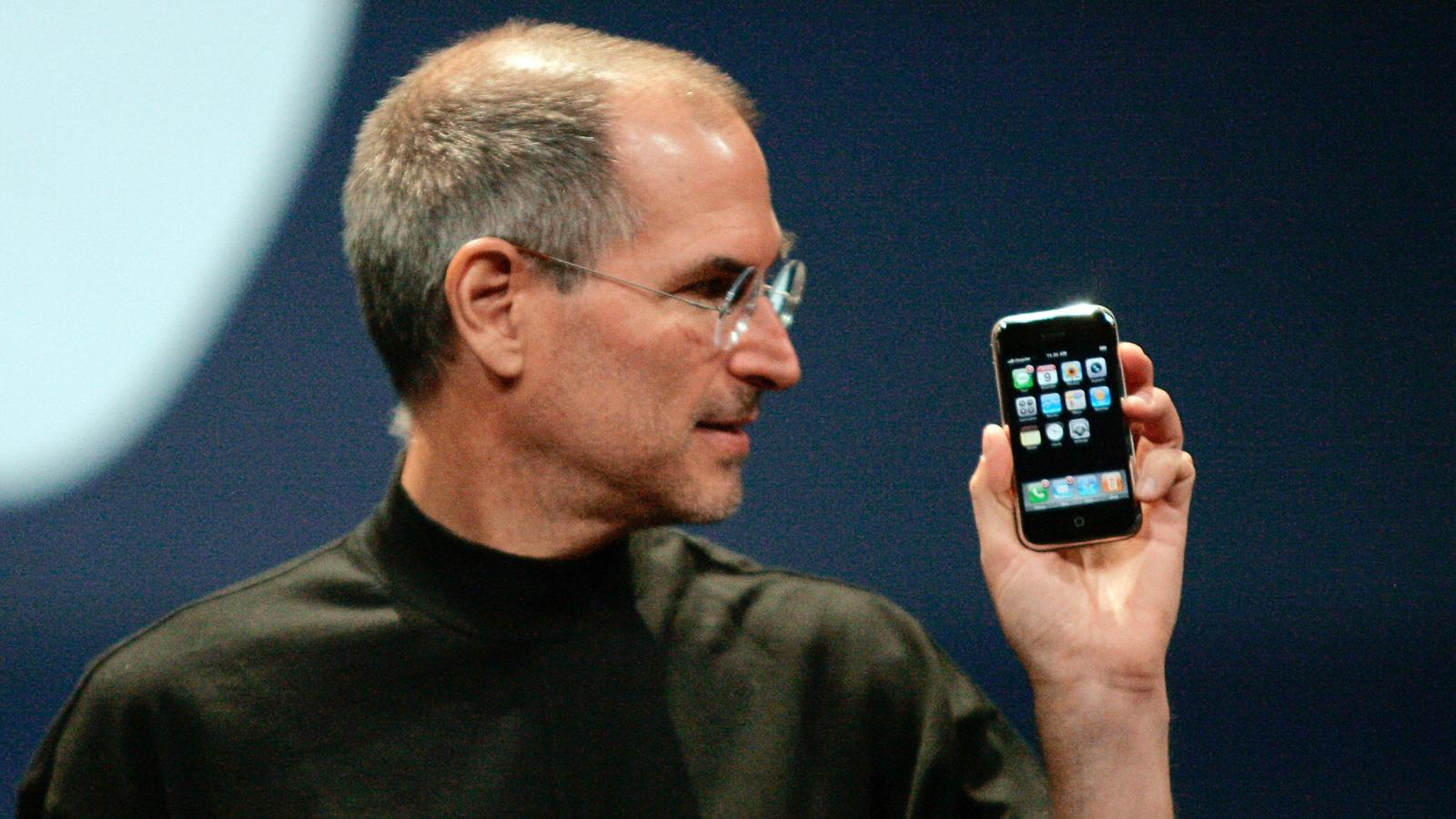 الآيفون الأول.. قصة جهاز غيّر صناعة الهواتف الذكية